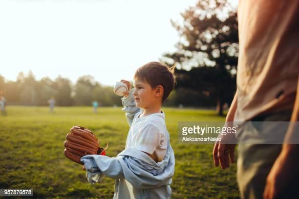 父と息子がフィールドでキャッチ ボール