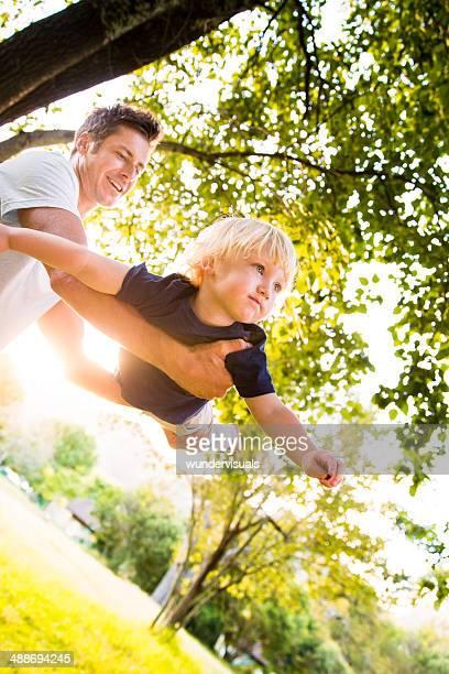 Père et fils jouent dans le parc