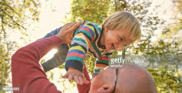 父と息子の公園で遊ぶ