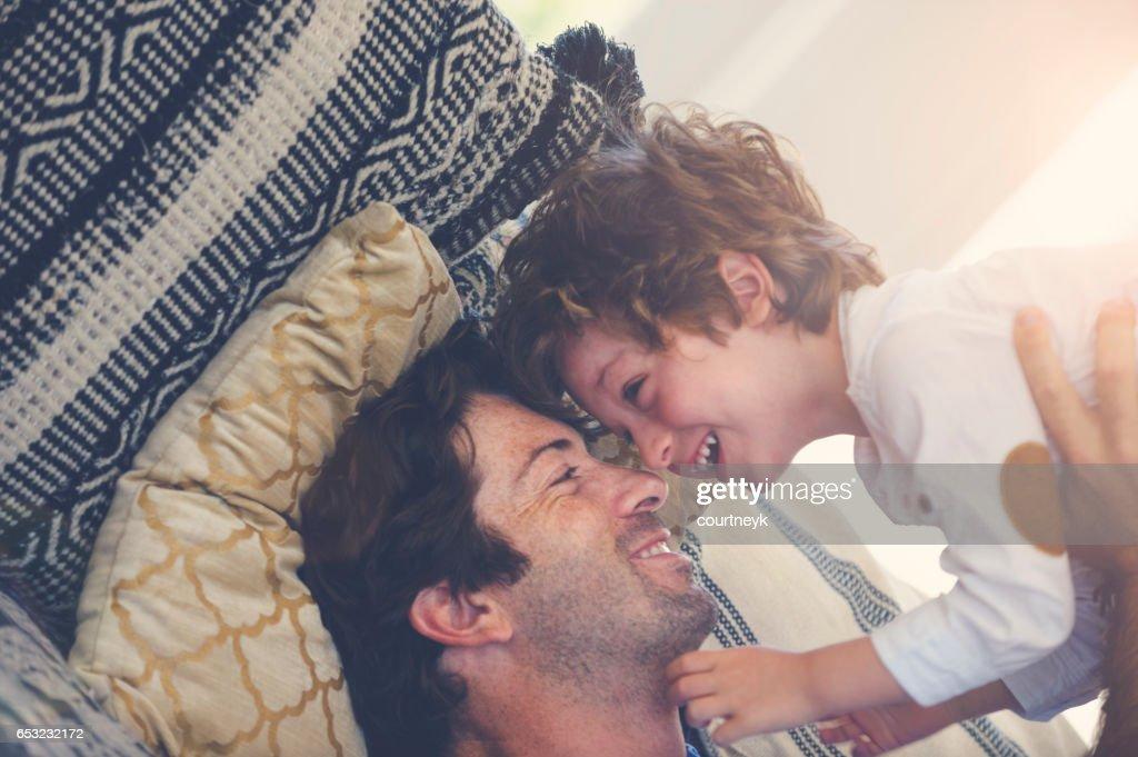 Vater und Sohn auf dem Sofa spielen. : Stock-Foto