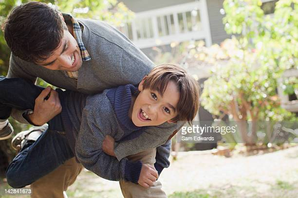 father and son playing outdoors - 30 34 anos - fotografias e filmes do acervo