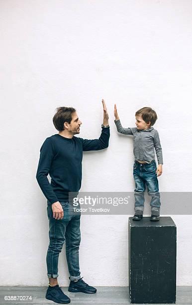 Père et fils jouant