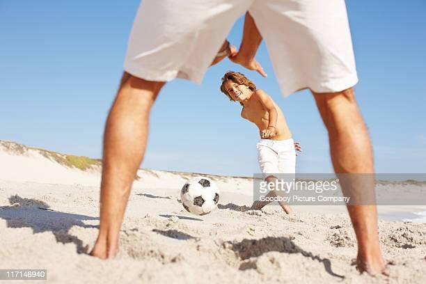 vater und sohn fußball spielen - alleinerzieher stock-fotos und bilder