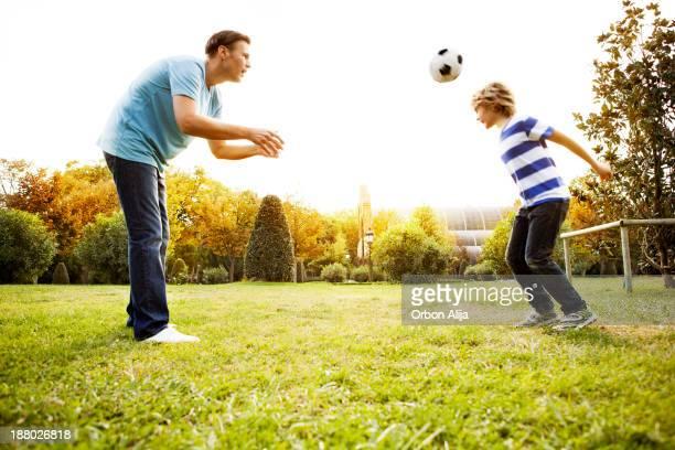 Père et fils jouer football