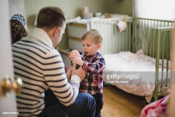 vader en zoon spelen met een pop - pop stockfoto's en -beelden