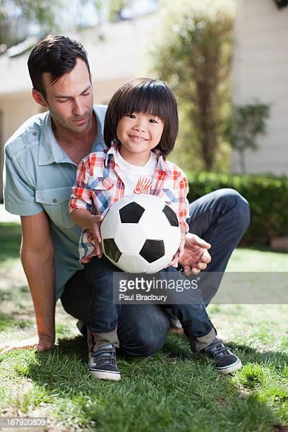 父と息子が、サッカーボール