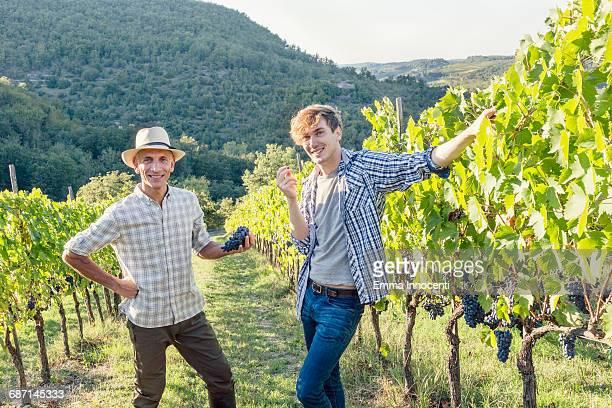 father and son posing in vineyard - landwirtschaftliche tätigkeit stock-fotos und bilder