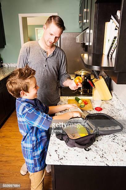 Vater und Sohn die Vorbereitung ein umfangreiches Schulessen