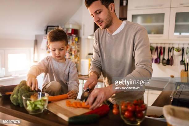 Vater und Sohn, die gesunde Zubereitung in der Küche
