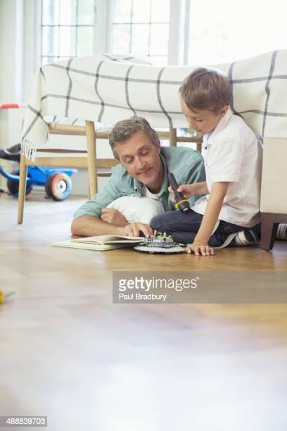Père et fils lecture dans la chambre à coucher