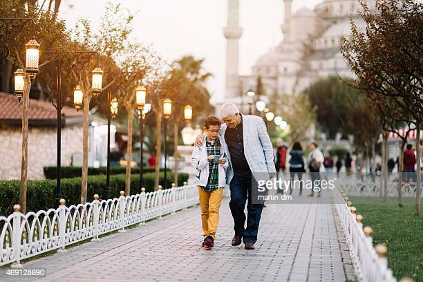 father and son sightseeing in istanbul - turkey middle east stockfoto's en -beelden