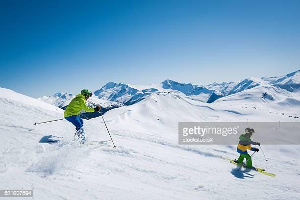 Vater und Sohn-Skifahren