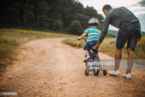 tempo da despesa do pai e do filho na natureza - montar - fotografias e filmes do acervo