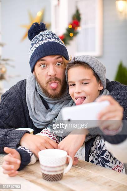 Père et fils, prenant mentionné les selfies en plein air.