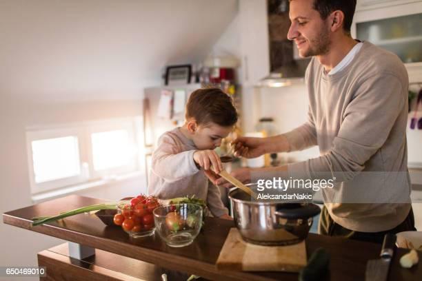 Far och son provsmakning en soppa