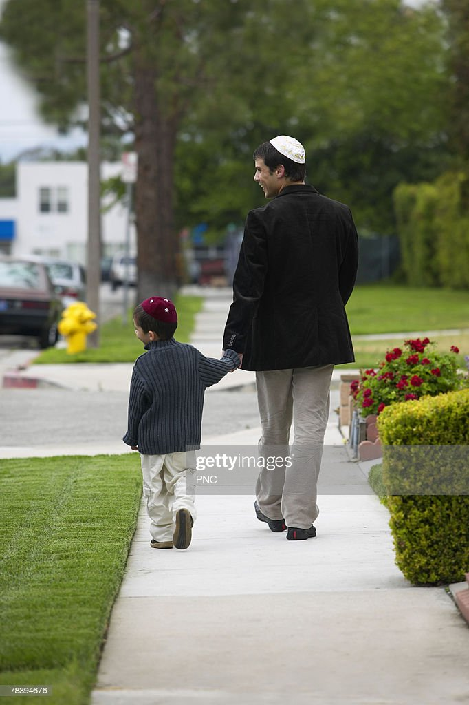 Father and son walking and holding hands : Stockfoto