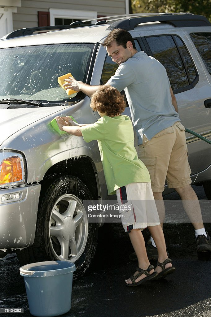 Father and son washing car : Stockfoto