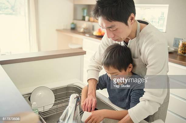 父と息子の洗濯しながら、キッチンでお料理を