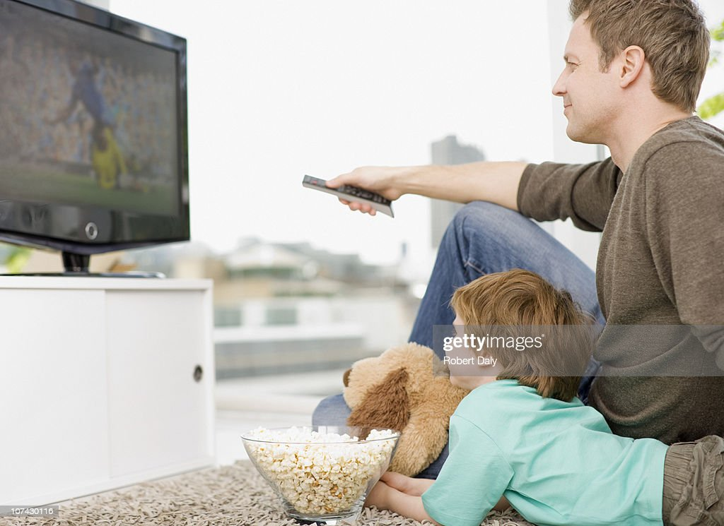 Father and son watching television : Stock-Foto