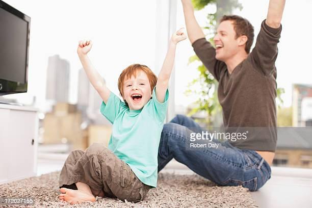 Padre e figlio guardando la televisione