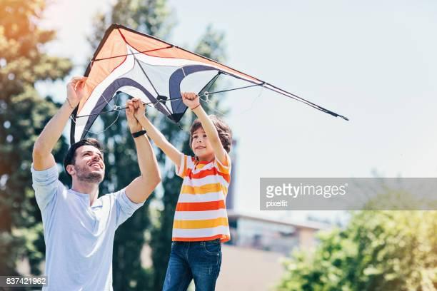 pai e filho com uma pipa - releasing - fotografias e filmes do acervo