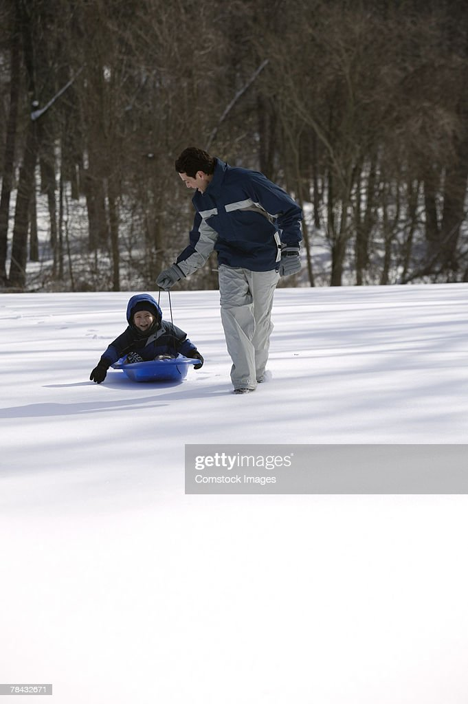 Father and son with a sled : Stockfoto