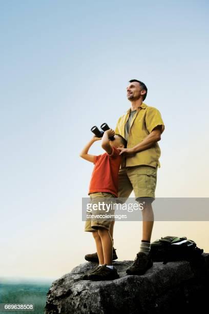 Vader en zoon met Binocluars