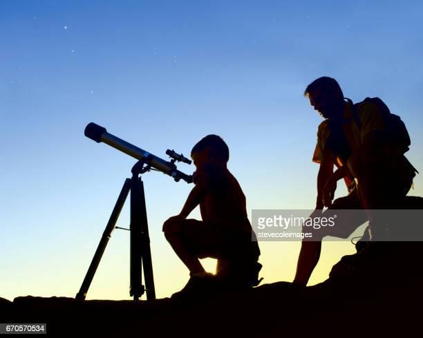 父と息子の望遠鏡で
