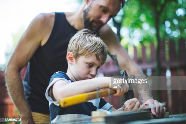 vader en zoon samenwerken - doe het zelven stockfoto's en -beelden