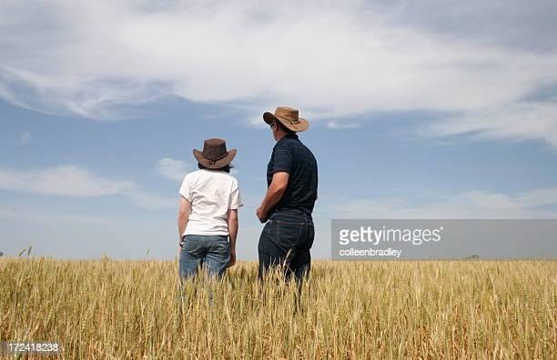Père et fille dans le champ de blé