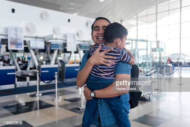 father and toddler son at airport - toddler at airport stock pictures, royalty-free photos & images