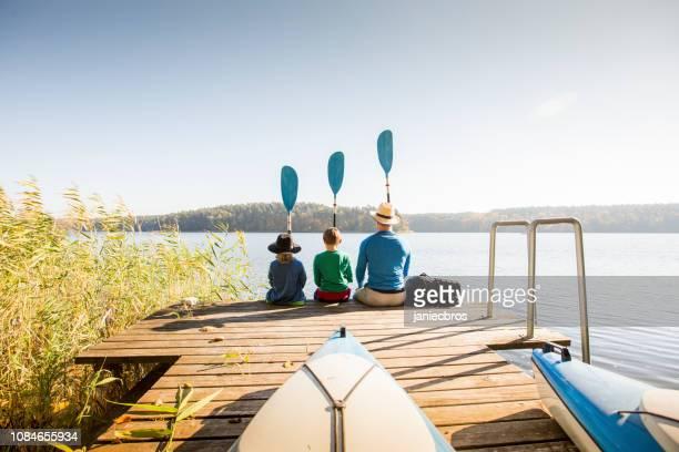 vader en twee zonen spelen op pier - pier stockfoto's en -beelden