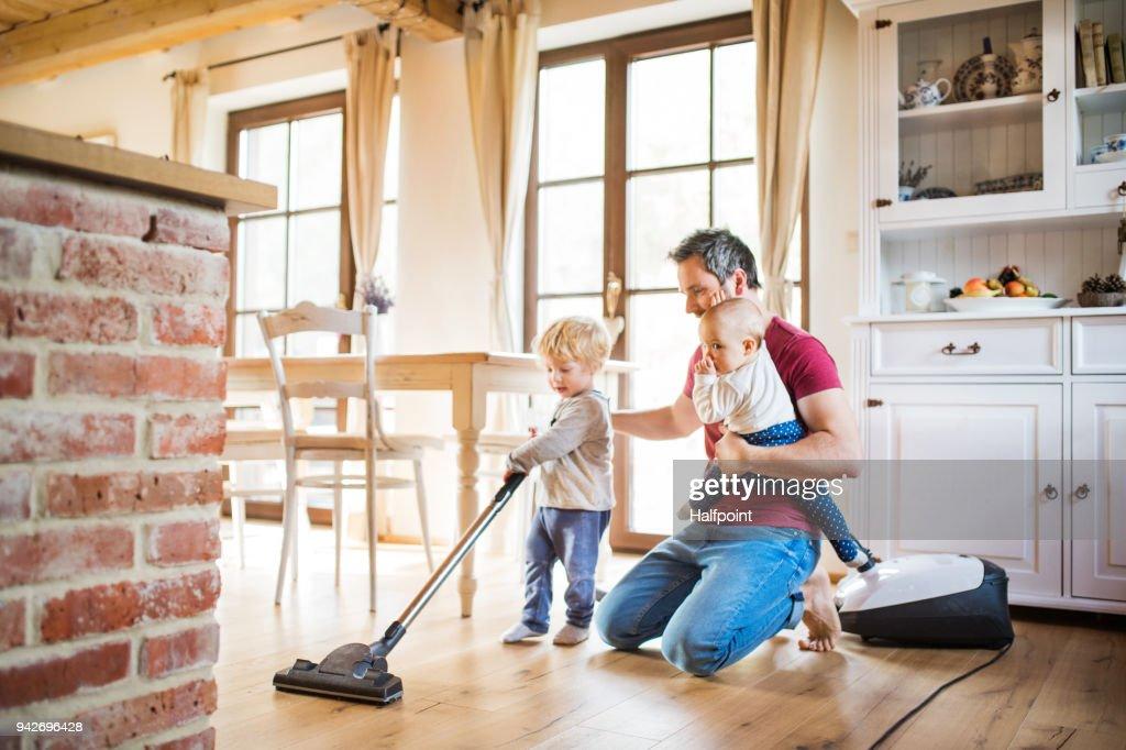 Vater und zwei Kleinkinder Hausarbeit. : Stock-Foto