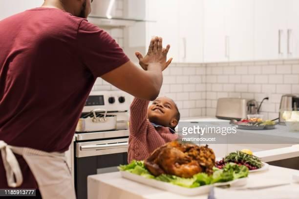 """vader en jonge dochter klaarmaken thanksgiving diner. - """"martine doucet"""" or martinedoucet stockfoto's en -beelden"""