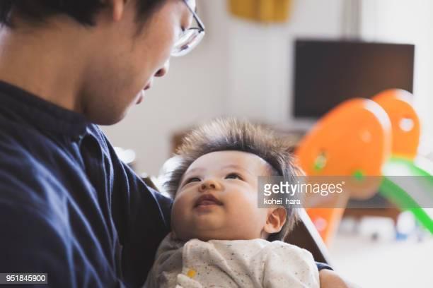 父の家で男の子の赤ちゃんを運ぶ - 主夫 ストックフォトと画像