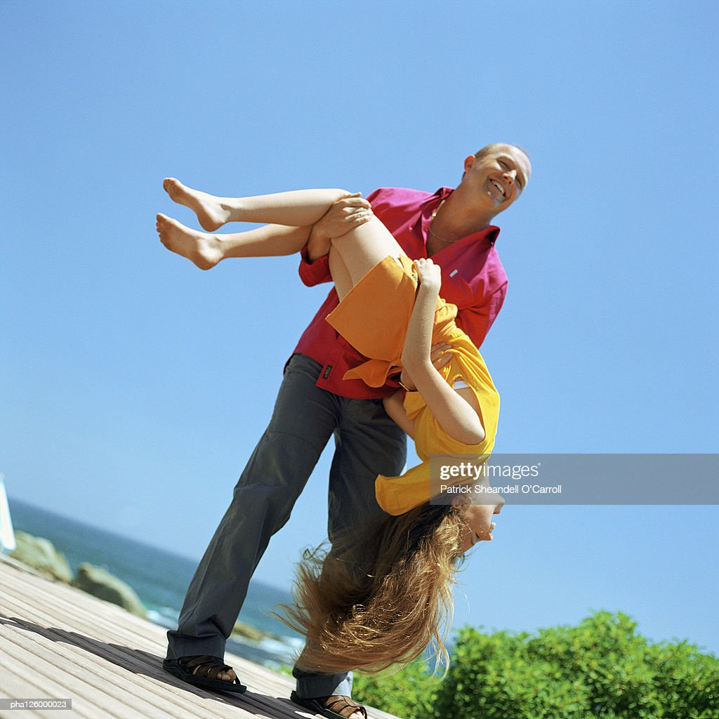 Father carrying daughter, outside : Stockfoto