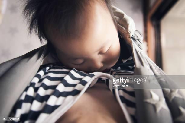 自宅に彼の赤ちゃんを運んで父 - 主夫 ストックフォトと画像