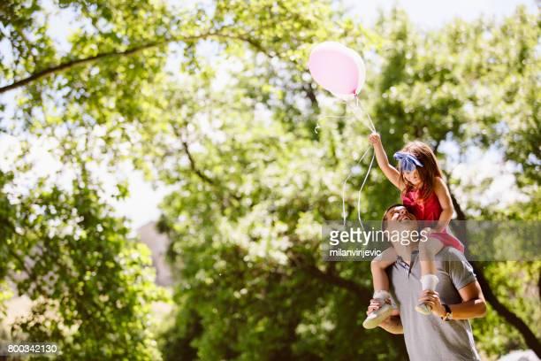 Vater mit seiner Tochter im park