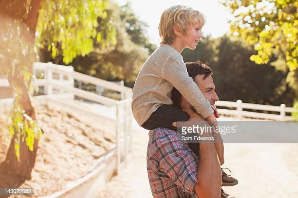 Vater und Sohn auf den Schultern tragen