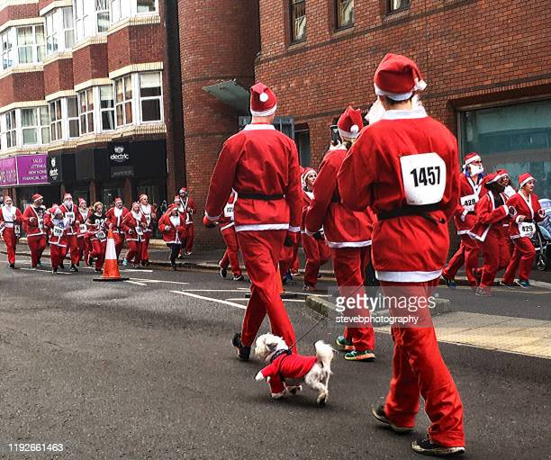 father christmas charity run - stevebphotography stock pictures, royalty-free photos & images