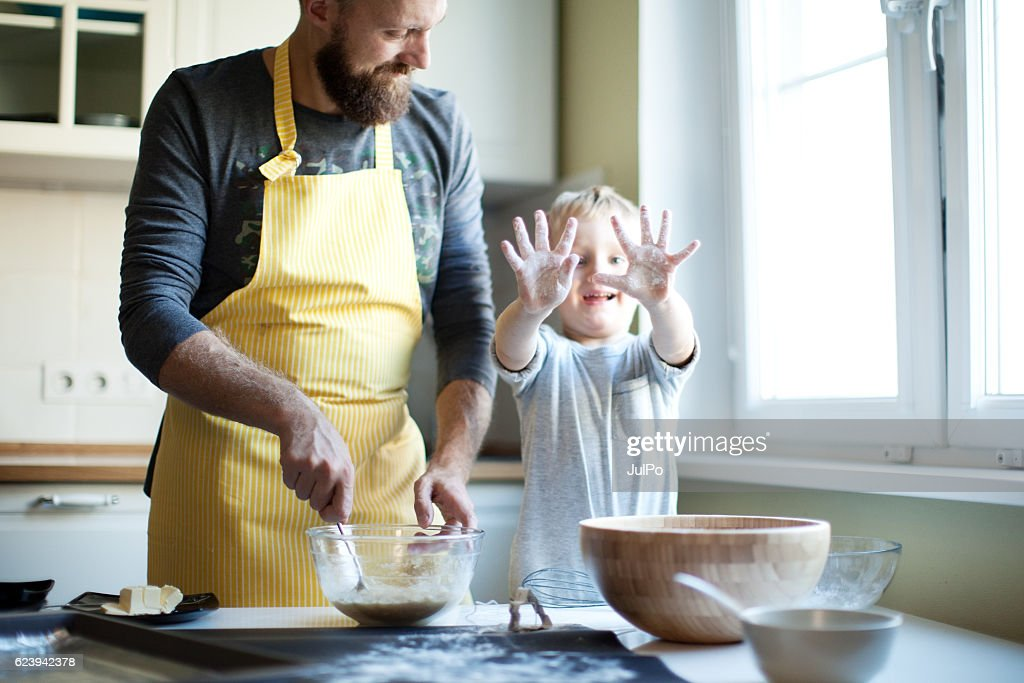 Father cooking with his son : Stock-Foto