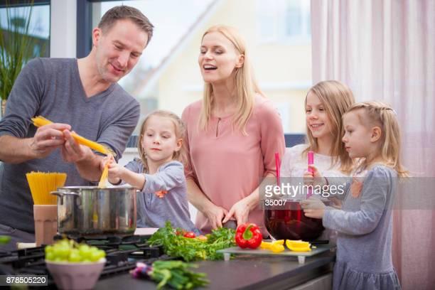 Vater einen Kochkurs zu seiner Familie zu tun