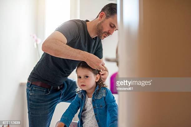 father doing daughter's hair - alleinerzieher stock-fotos und bilder