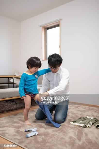 父は家で息子をドレッシング - 片親 ストックフォトと画像
