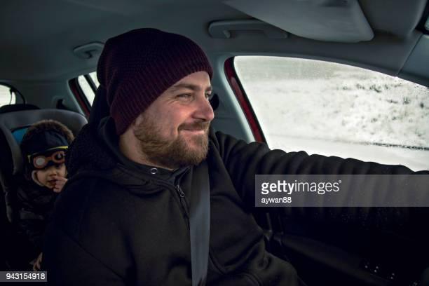 padre hijo de conducción en el coche - family inside car fotografías e imágenes de stock