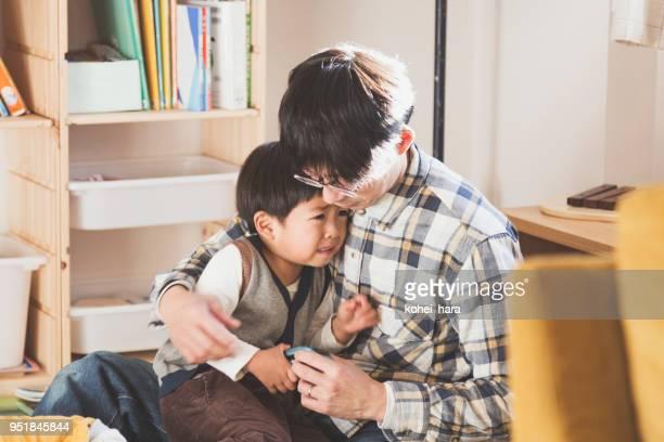父は泣いている息子を受け入れ - シングルファザー ストックフォトと画像