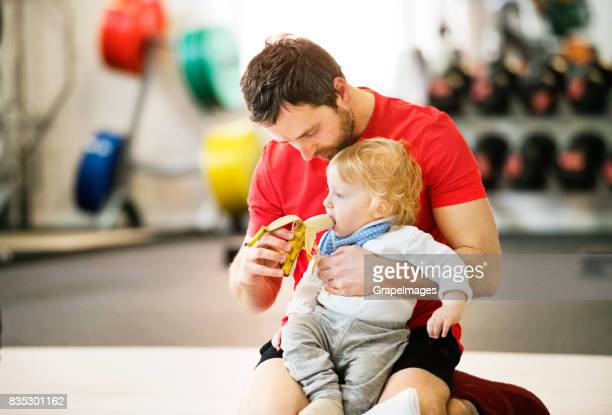 モダンなジムで息子と運動の父。