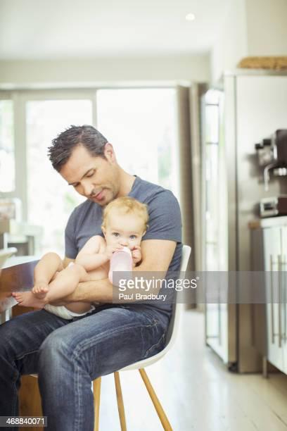Père Alimentation bébé dans la cuisine