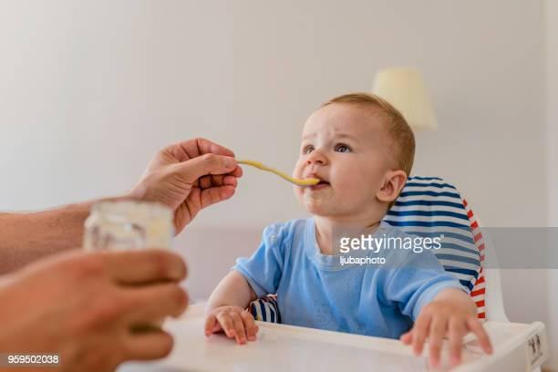 Vater, die Fütterung baby