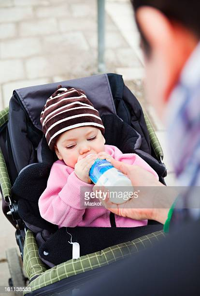 father feeding daughter (0-11 months) with feeding bottle - 0 11 monate stock-fotos und bilder